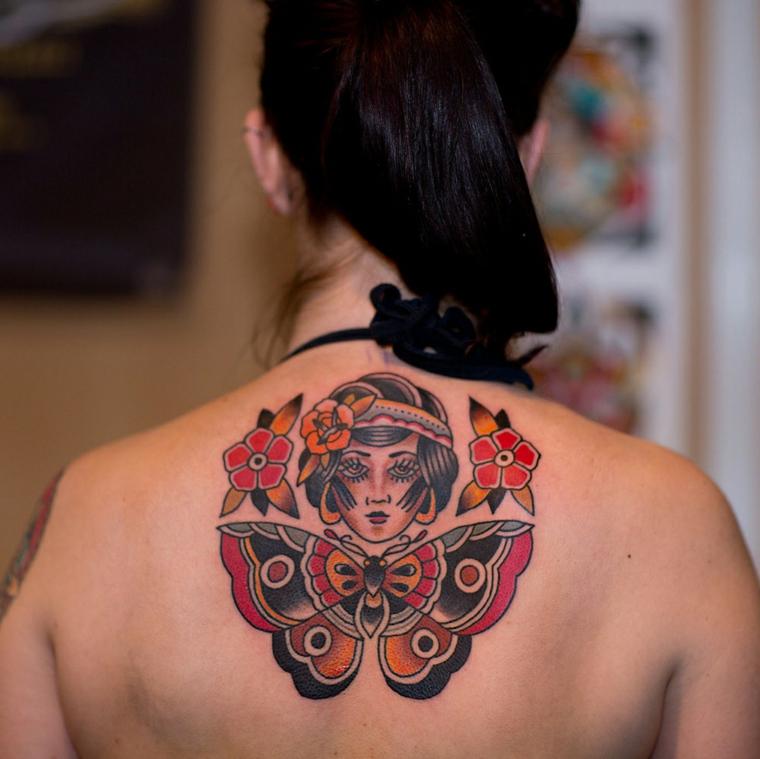 tatuaggi old school, una proposta perla parte alta della schiena raffigurante una farfalla, un volto di donna e dei fiori