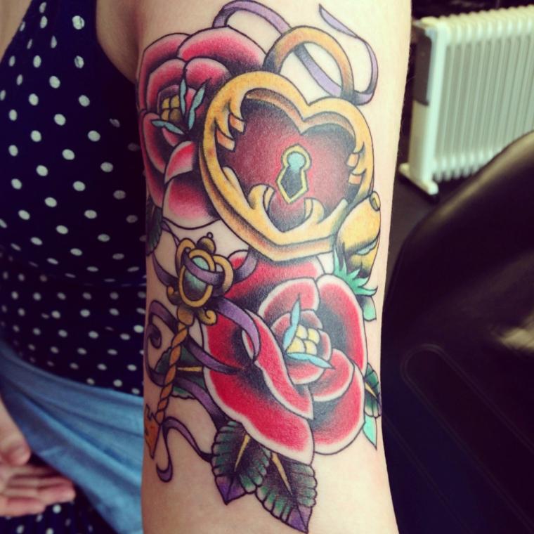 tattoo old school, un disegno con soggetti tradizionali ovvero un lucchetto a forma di cuore e delle rose