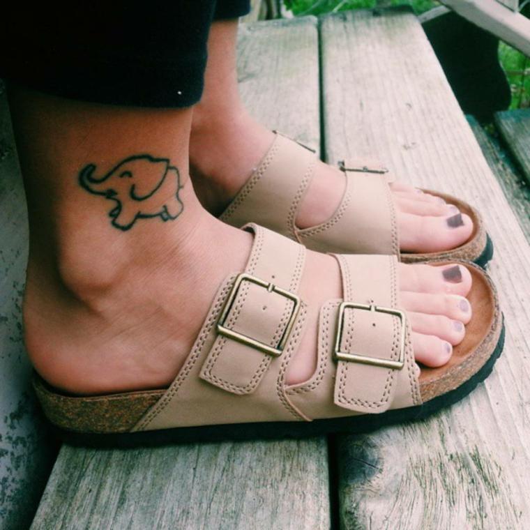 Tatuaggi piede caviglia, donna con ciabatte estive, disegno tattoo elefante