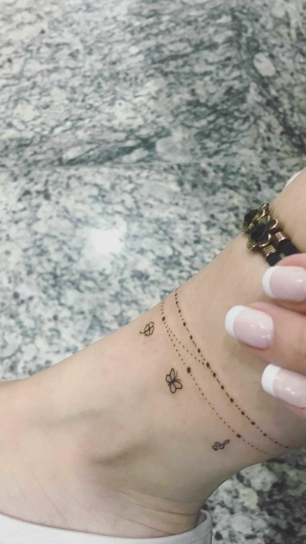 Tatuaggi piccoli caviglia donne, disegno tattoo braccialetto con farfalle