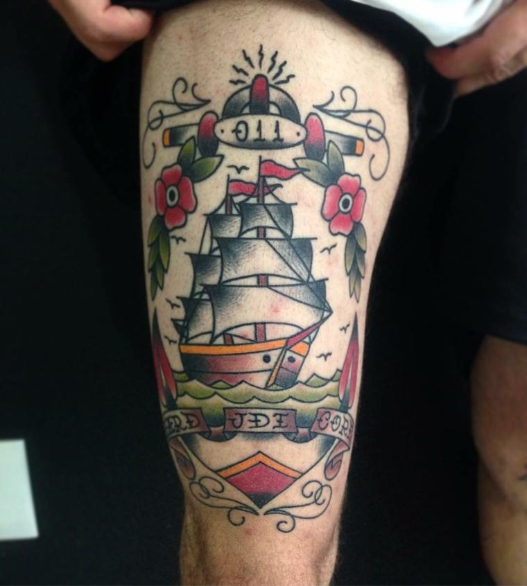 tattoo in stile tradizionale raffigurante un veliero, numeri, scritte e fiori