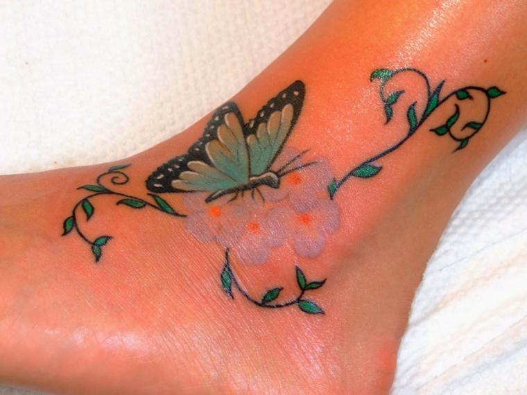 tatuaggio piede caviglia, un disegno per lei con una farfalla azzurra posata su dei fiori
