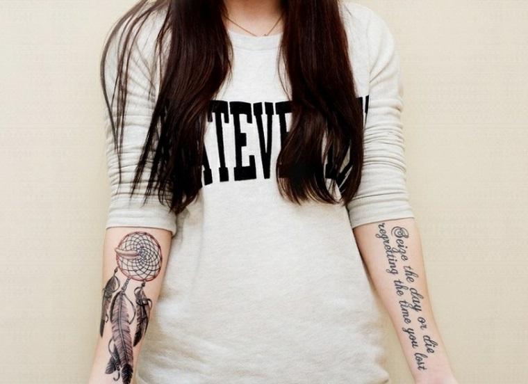 Scritta lunga su un braccio e sull'altro un disegno di un acchiappasogni con piume