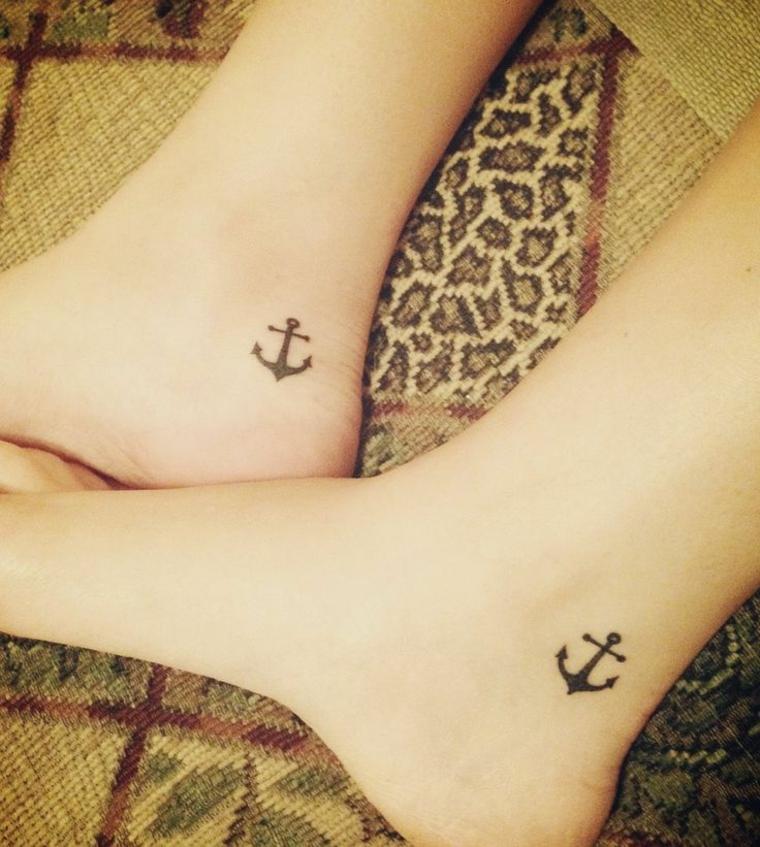 tattoo sulla caviglia, delle ancore nere di piccole dimensioni disegnate sopra il tallone