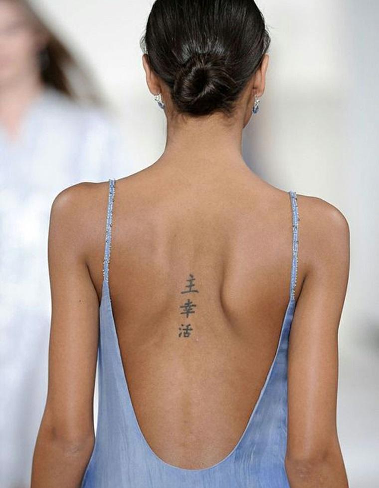 Tattoo femminile da fare sulla schiena, simbolo cinesi sulla colonna vertebrale