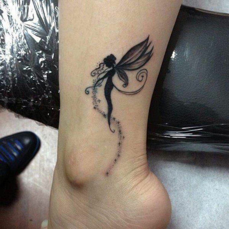 tattoo adatto ad una donna con una piccola fatina disegnata sopra la caviglia