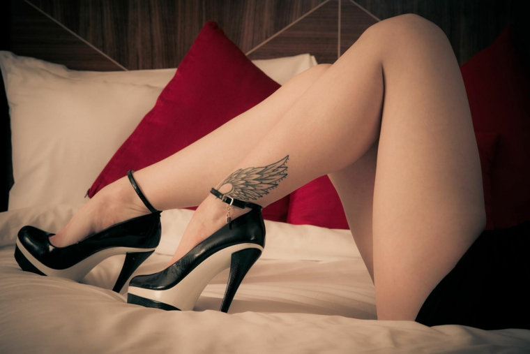 un'idea di tatto con una grande ala disegnata sulla parte esterna della caviglia