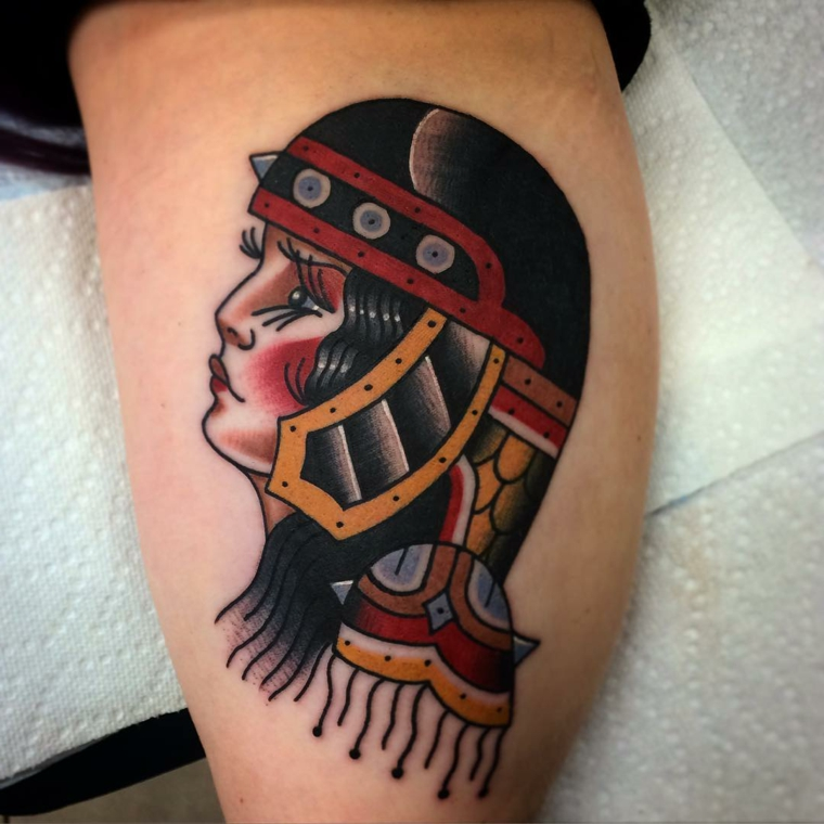 tatuaggi tradizionali, il volto di una donna guerriera raffigurata di profilo