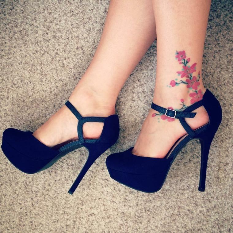 tatuaggi alla caviglia, una proposta prettamente femminile con dei fiori rossi
