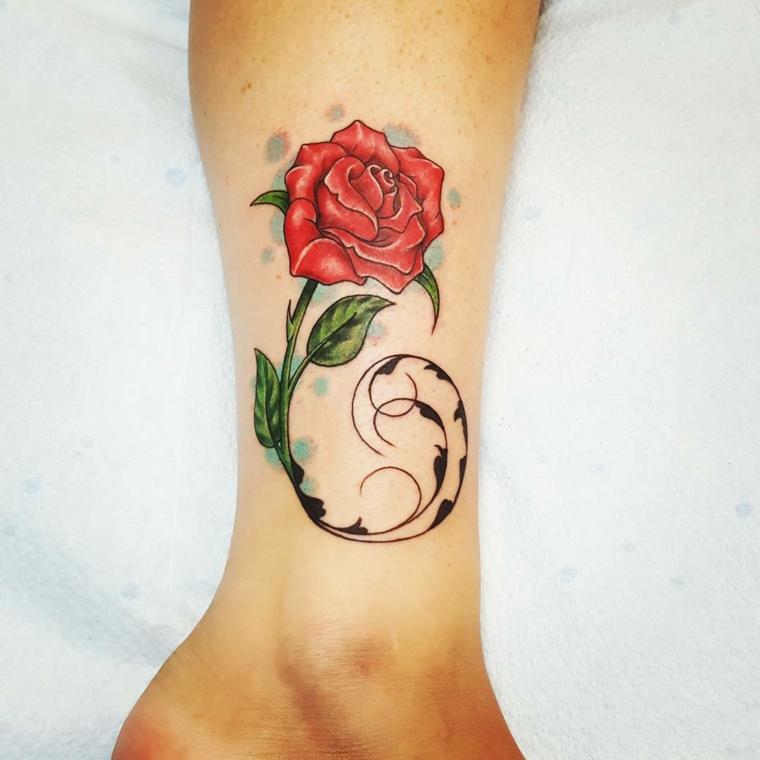 tatuaggi caviglia. una bellissima rosa rosa con delle sfumature, gambo verde e decorazioni circolari