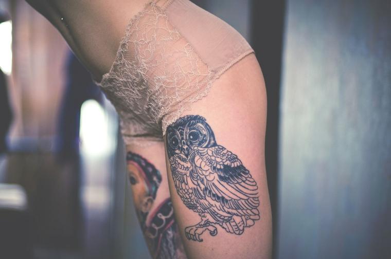 Idea per un tatuaggio sulla coscia, tatuaggio uccello su un corpo femminile
