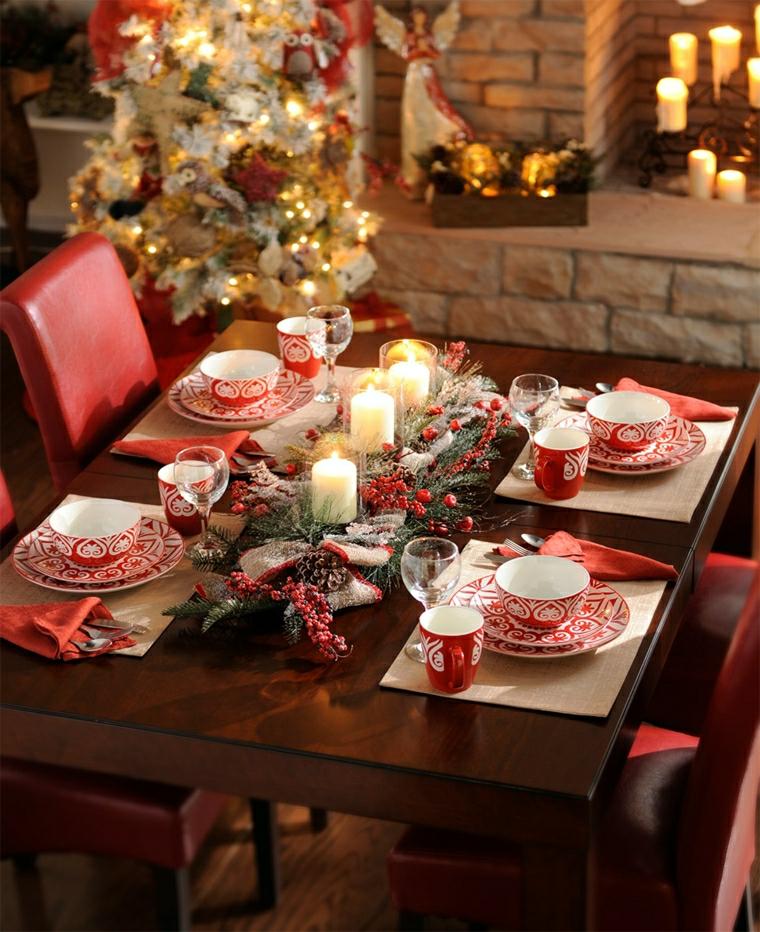 Decorare la tavola per il Pranzo di Natale con un centrotavola di rametti e bacche rosse