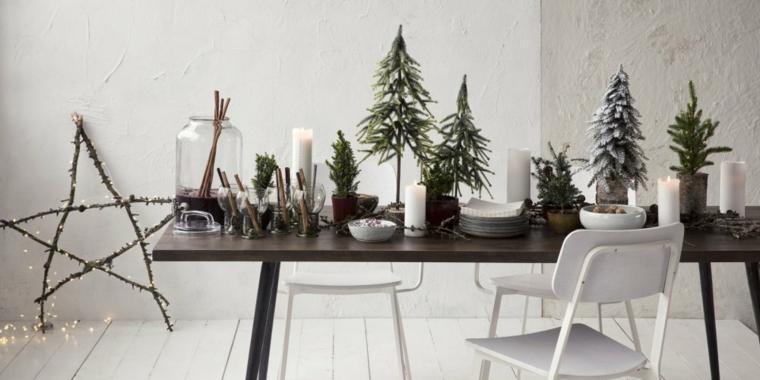 Tavola in legno addobbata con alberelli di Natale e rametti di legno, buffet fai da te