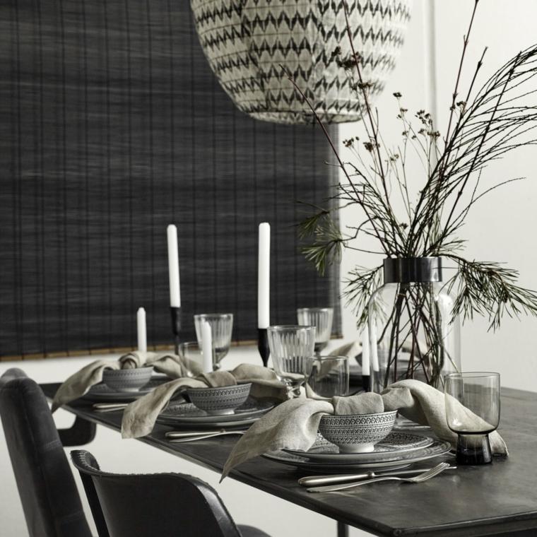 Decorare la tavola con un centrotavola semplice, vaso in vetro con rami di bacche rosse