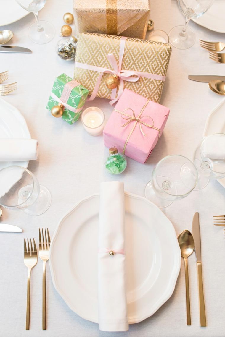 Lavoretti natalizi, idea per un centrotavola con pacchetti regalo legati con nastri e palline natalizie piccole