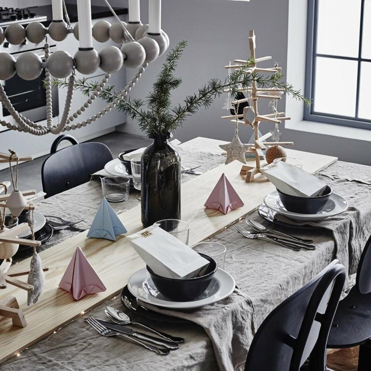 Decorazioni natalizie, un centrotavola semplice con un vaso e rametti di abete