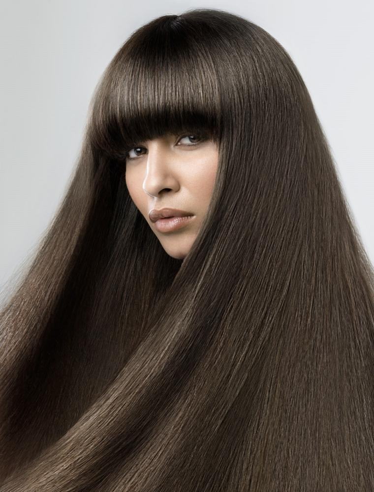 Taglio dritto e pari per capelli di colore castano con frangia