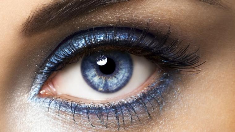 make up occhi, una proposta semplice ma d'effetto ottenuta con dell'ombretto blu brillante