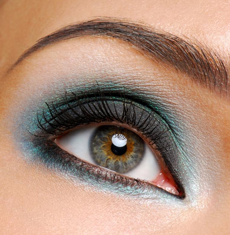 truccare occhi, una proposta di make up realizzata con ombretti azzurro e bianco opachi