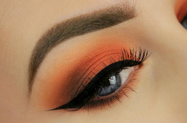come truccare occhi, proposta con degli ombretti dai toni caldi con dell'eye liner nero