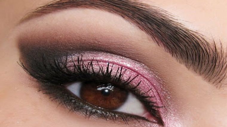make up per gli occhi color nocciola con matita nera e ombretto rosa brillante