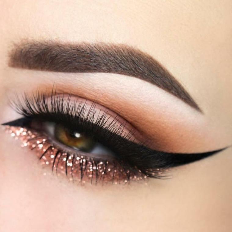 make up per gli occhi adatto alle occasioni speciali con dell'eye liner e una riga bronzo glitterata sotto l'occhio