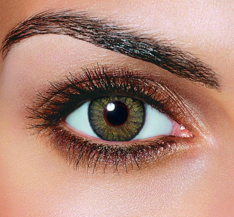 make up per gli occhi verdi semplice ma in grado di esaltare il colore grazie alla matita marrone