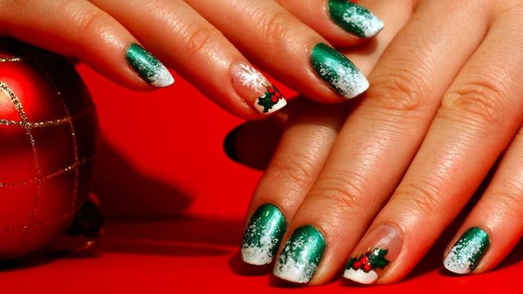 unghie natale, una manicure elegante e raffinata nei toni del verde cangiante con decorazioni bianche e rosse