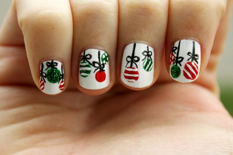 unghie gel natalizie, idea graziosa e divertente con smalto bianco e decorazioni rosse, verdi e nere