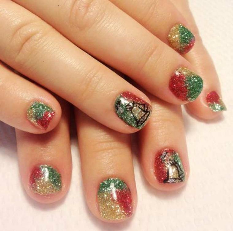 unghie natalizie semplici, un'idea con degli smalti con dei brillantini oro, verdi e rossi e delle decorazioni a forma di campanelle nere