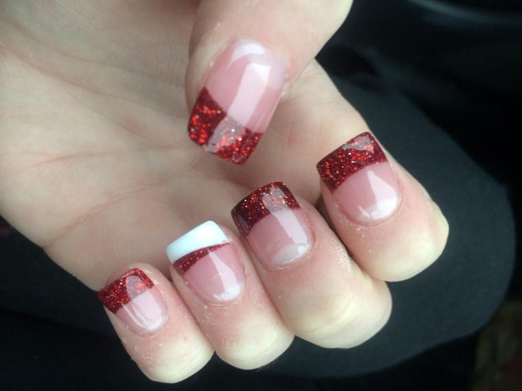 nail art natalizie, una proposta per le amanti della french manicure ma con glitter rossi