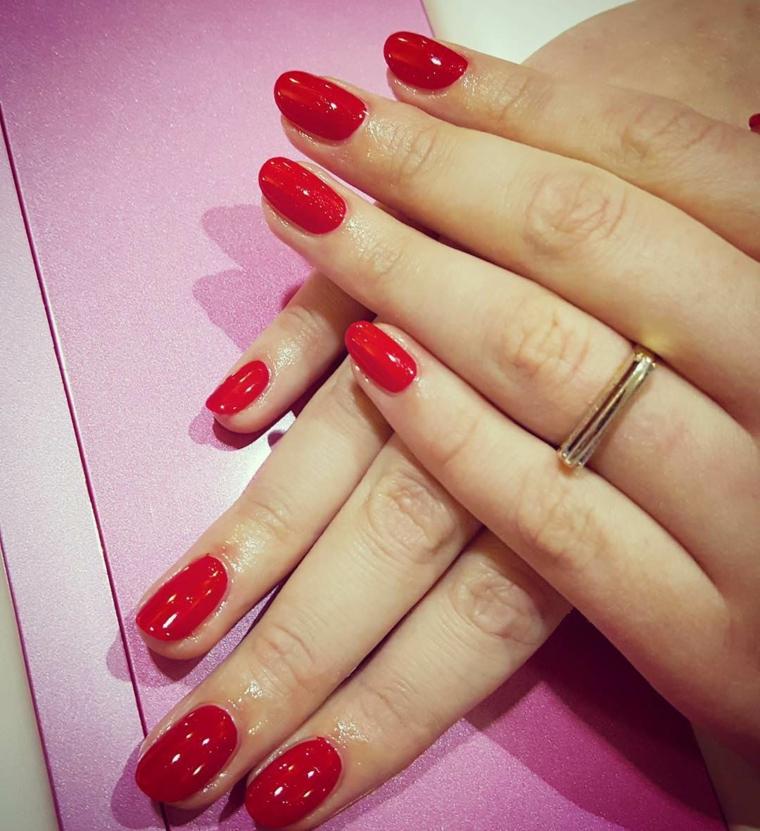 nail art rosso, una manicure impeccabile con smalto dalla finitura lucida