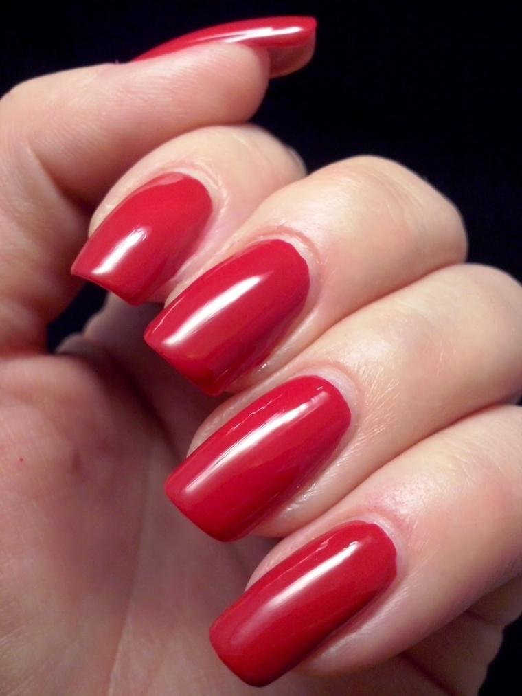 unghie rosse, una manicure realizzata con uno smalto dalla tonalità classica e top brillante