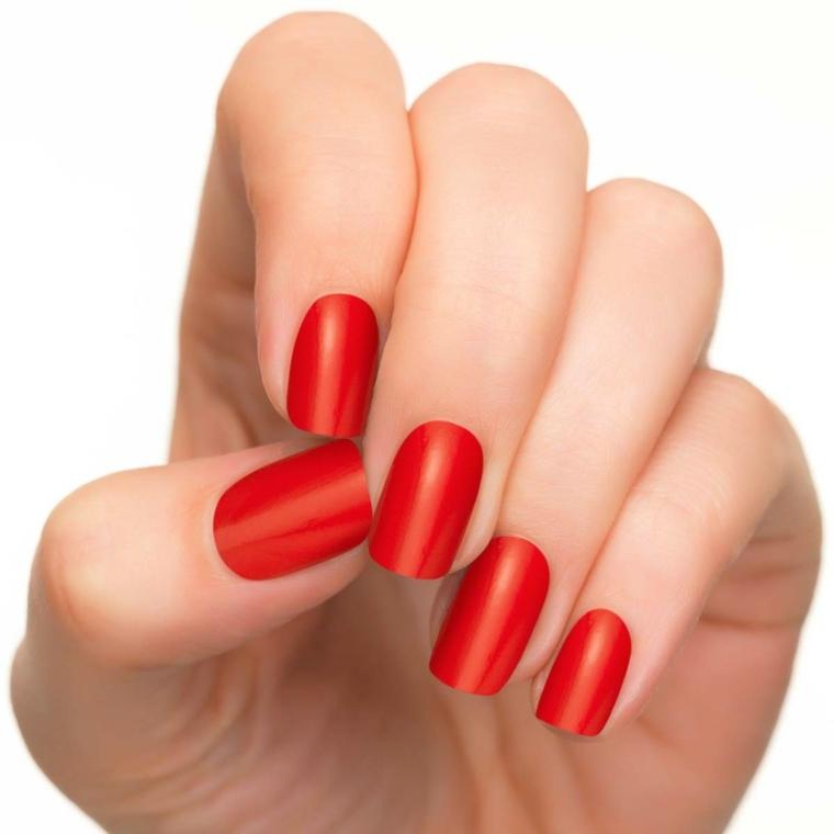 nail rosse, una proposta con uno smalto dai toni aranciati e dalla finitura opaca