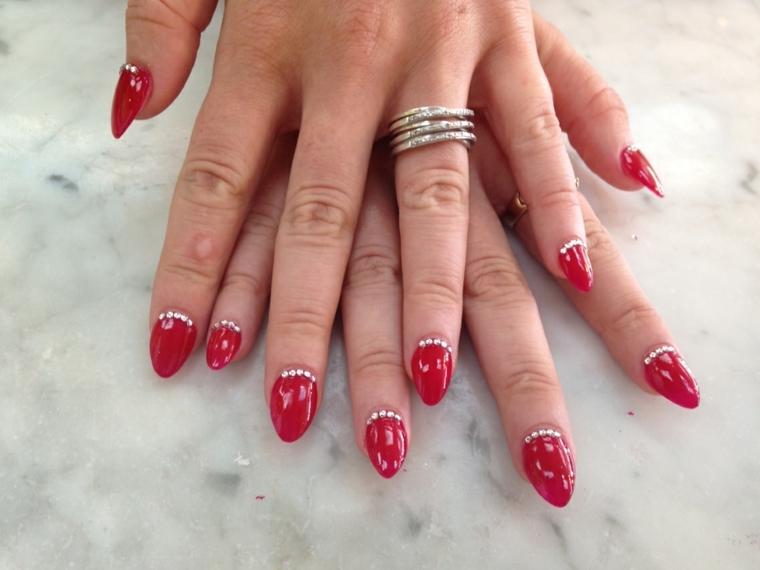 gel unghie rosso, una manicure impreziosita da dei piccoli glitter interno alla cuticola