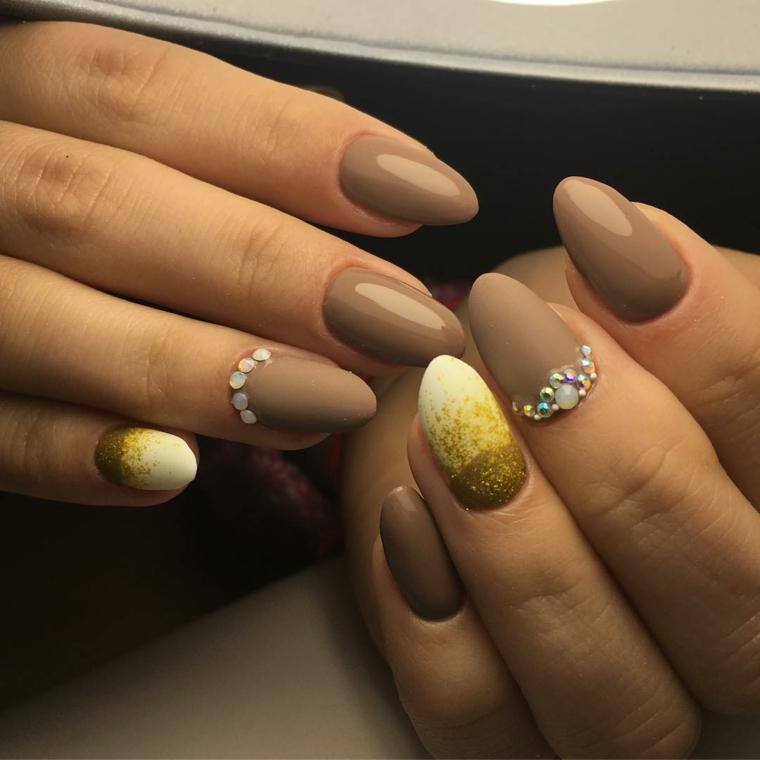 Forma unghie, idea a mandorla di colore marrone molto chiaro e accent nail con brillantini