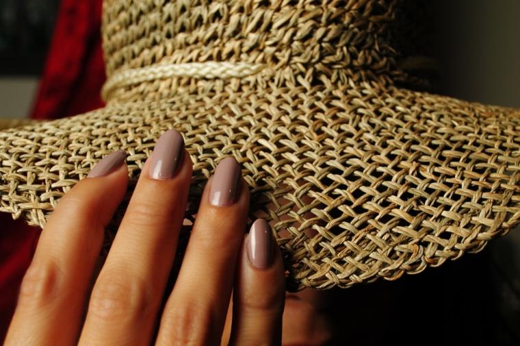 Come fare le unghie a mandorla, manicure di colore tortora in abbinamento ad un cappello di paglia estivo