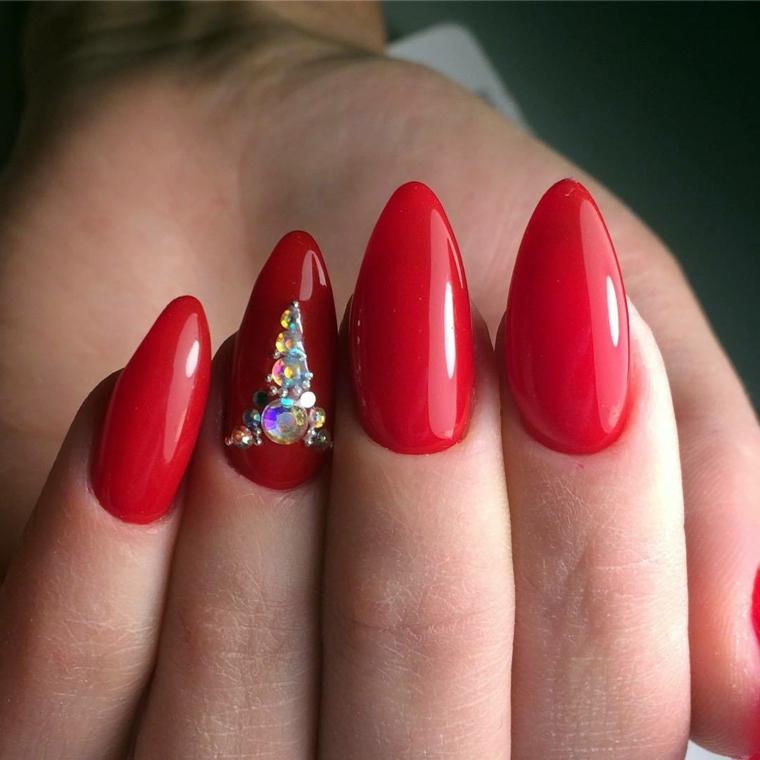 Smalto di colore rosso con riflessi, decorazione con brillantini sull'unghia del dito anulare
