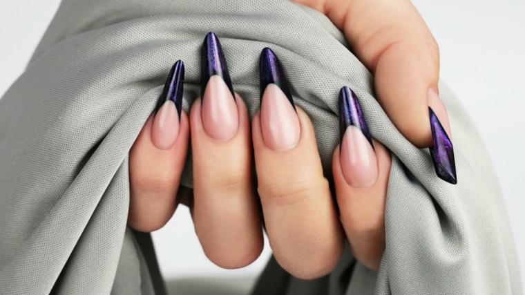 Decorazione unghie con una french manicure di colore viola effetto glitter