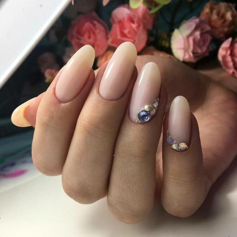 Unghie tonde, smalto color pelle con decorazione sul dito anulare e brillantini