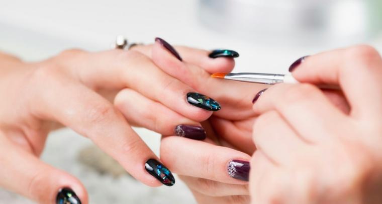 Come limare le unghie, idea decorazione con glitter colorati e copertura con gel