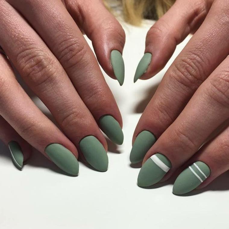 Decorazione unghie dalla forma a punta di media lunghezza con strisce bianche su una base verde