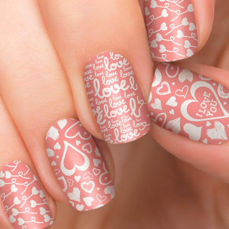 gel rosa antico, una manicure pensata per san valentino con cuori e scritte in bianco