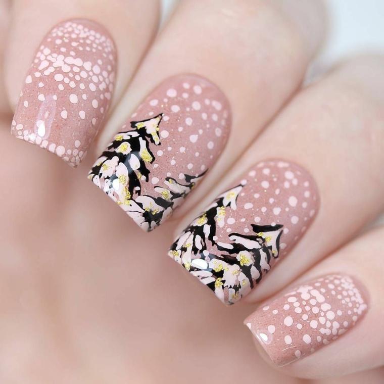 smalto rosa, una manicure dedicata al periodo invernale con degli alberi e i fiocchi di neve