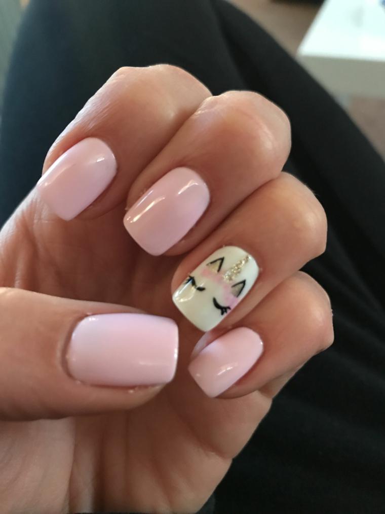 unghie rosa cipria, una manicure delicata e romantica con l'anulare decorato con il muso di un gattino