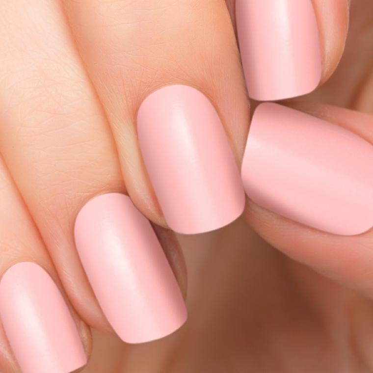 smalto color cipria opaco e unghie di media lunghezza dalla forma squadrata