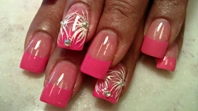 french manicure con uno smalto rosa scuro e alcune decorazioni con glitter sull'anulare