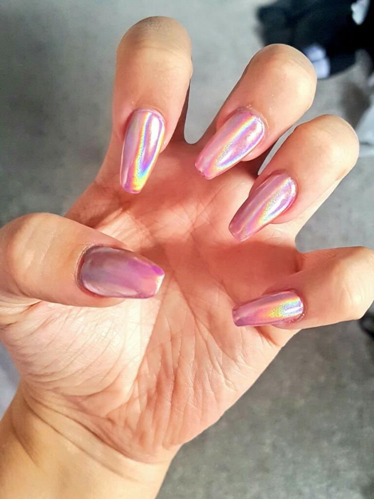 manicure realizzata con uno smalto cangiante rosa antico su unghie lunghe e squadrate