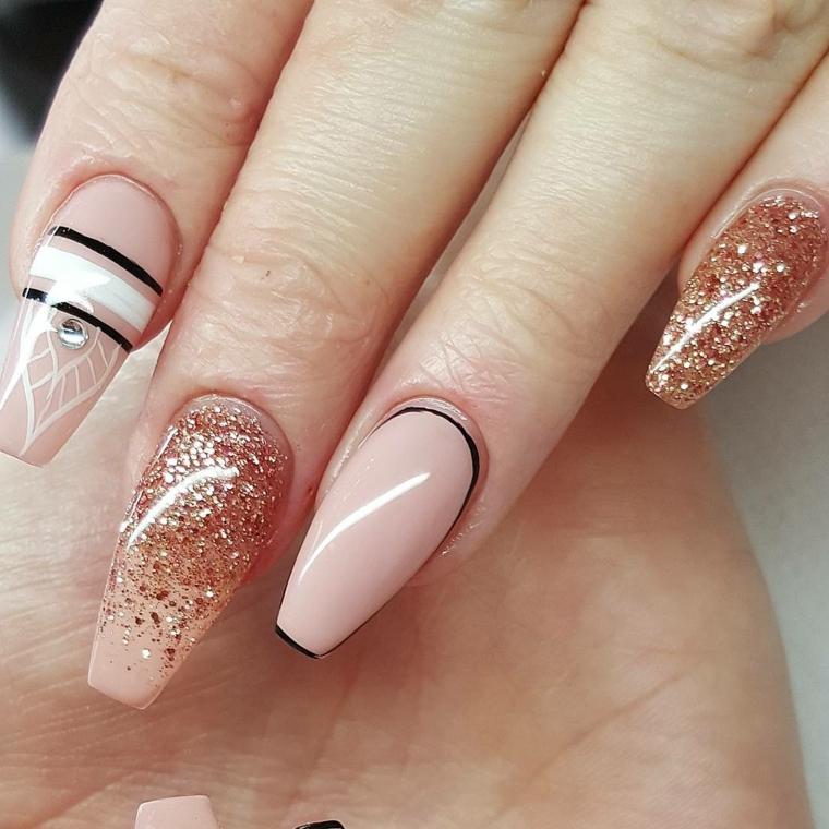 nail art design elegante e raffinata con smalto rosa chiaro, oro e decorazioni in bianco e nero