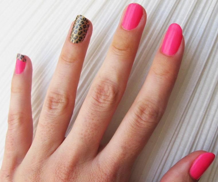 nail art realizzata con uno smalto fucsia mentre l'anulare sfoggia una fantasia leopardata